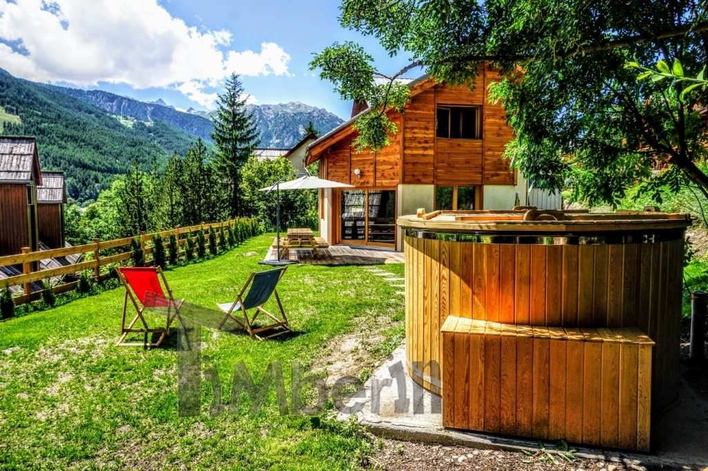 Hot tub et chalet en bois en France