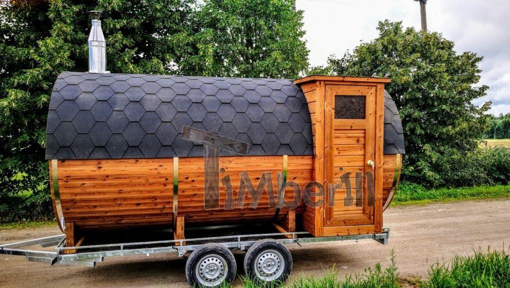 Sauna mobile en plein air avec une demi-fenêtre panoramique sur la remorque